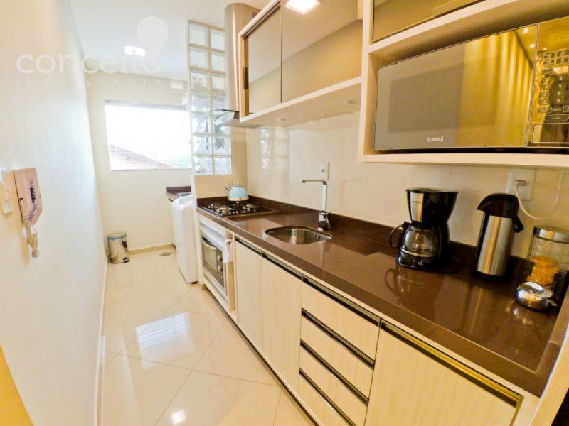 Cozinha sob medida com porcelanato na parede
